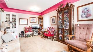 An Ontario home filled with clowns is up for sale - BBC News